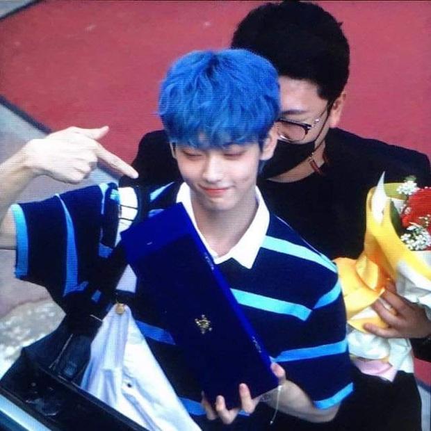 BTS vắng mặt trên sân khấu, Soobin (TXT) ăn mừng chiến thắng của các anh rồi tiện rinh luôn cúp về nhà! - Ảnh 6.