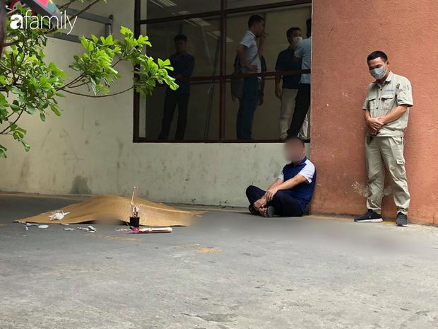 Vụ nam thanh niên rơi từ tầng cao chung cư tử vong ở Hà Nội: Ám ảnh ánh mắt thất thần của người cha ngồi gục bên thi thể con trai - Ảnh 3.