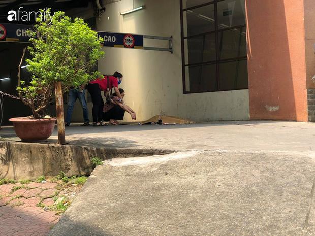 Vụ nam thanh niên rơi từ tầng cao chung cư tử vong ở Hà Nội: Ám ảnh ánh mắt thất thần của người cha ngồi gục bên thi thể con trai - Ảnh 4.