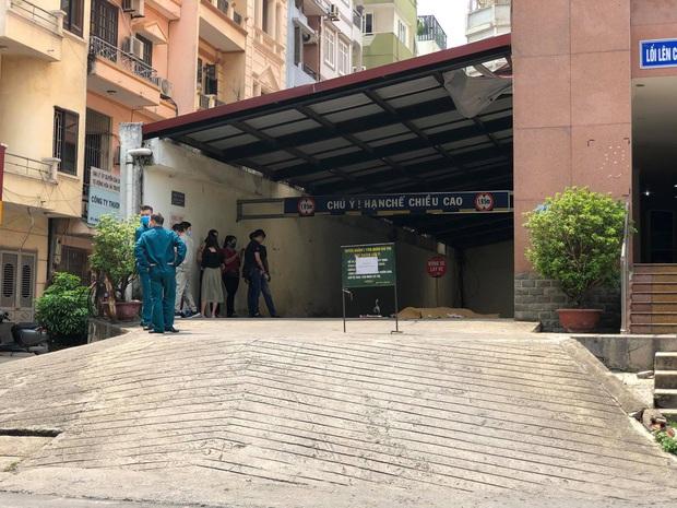Vụ nam thanh niên rơi từ tầng cao chung cư tử vong ở Hà Nội: Ám ảnh ánh mắt thất thần của người cha ngồi gục bên thi thể con trai - Ảnh 5.