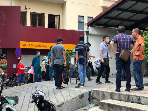 Vụ nam thanh niên rơi từ tầng cao chung cư tử vong ở Hà Nội: Ám ảnh ánh mắt thất thần của người cha ngồi gục bên thi thể con trai - Ảnh 6.