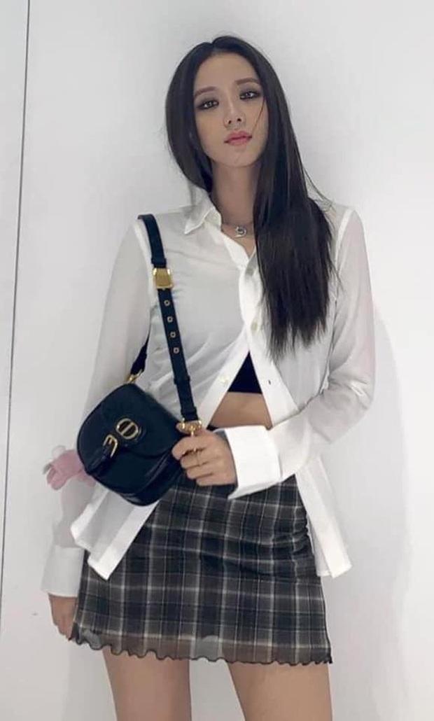 BLACKPINK lên top toàn cầu chỉ với 3 bức ảnh mặc đồng phục quay show: Tưởng Lisa hot nhất ai dè màn cởi áo bung xoã của Jisoo ở hậu trường mới thành tâm điểm - Ảnh 6.