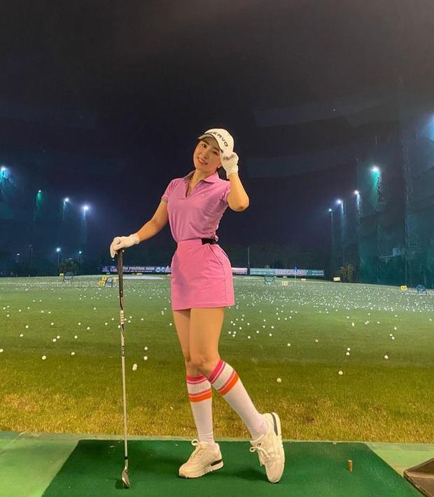 Sân golf hóa đấu trường đọ body trá hình của mỹ nhân Vbiz: Hương Giang cực nuột bên Matt Liu, Hoa hậu, Á hậu so kè quá căng - Ảnh 13.