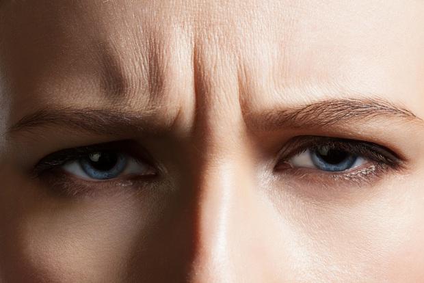 3 thói quen xấu là nguyên nhân khiến nếp nhăn xuất hiện trên cổ và trán, không sửa ngay thì bạn sẽ có nguy cơ lão hóa sớm - Ảnh 2.