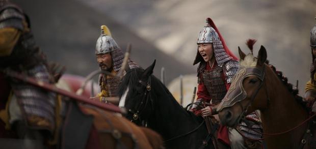 Review Mulan: Hoành tráng như một bản hùng ca, Lưu Diệc Phi đánh giặc chẳng khác nào Avengers - Ảnh 6.