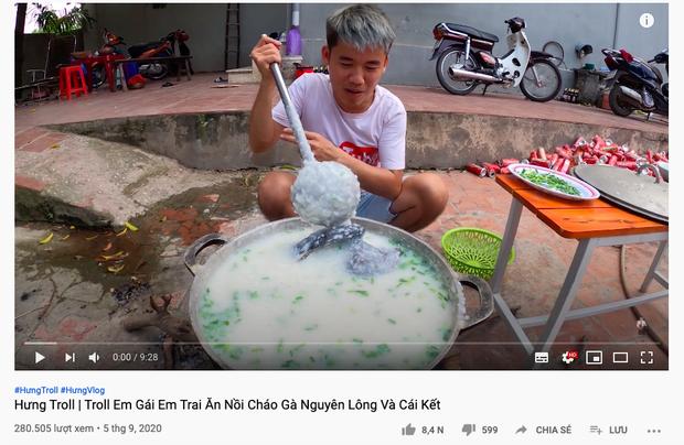 Con trai Bà Tân Vlog bị dân mạng chỉ trích gay gắt khi nấu cháo với gà còn nguyên lông: Vừa mất vệ sinh lại còn phí phạm thức ăn - Ảnh 1.