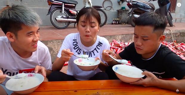 Con trai Bà Tân Vlog bị dân mạng chỉ trích gay gắt khi nấu cháo với gà còn nguyên lông: Vừa mất vệ sinh lại còn phí phạm thức ăn - Ảnh 6.