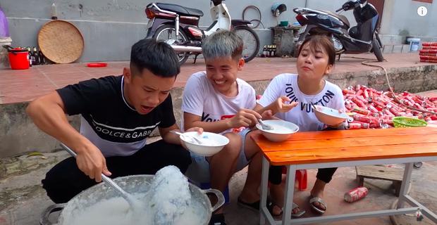 Con trai Bà Tân Vlog bị dân mạng chỉ trích gay gắt khi nấu cháo với gà còn nguyên lông: Vừa mất vệ sinh lại còn phí phạm thức ăn - Ảnh 7.