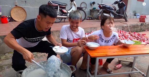 Con trai Bà Tân Vlog bị dân mạng chỉ trích gay gắt khi nấu cháo với gà còn nguyên lông: Vừa mất vệ sinh lại còn phí phạm thức ăn - Ảnh 8.