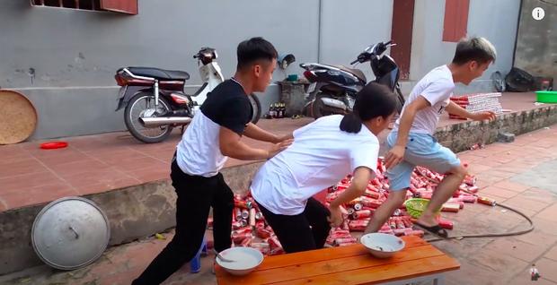 Con trai Bà Tân Vlog bị dân mạng chỉ trích gay gắt khi nấu cháo với gà còn nguyên lông: Vừa mất vệ sinh lại còn phí phạm thức ăn - Ảnh 9.