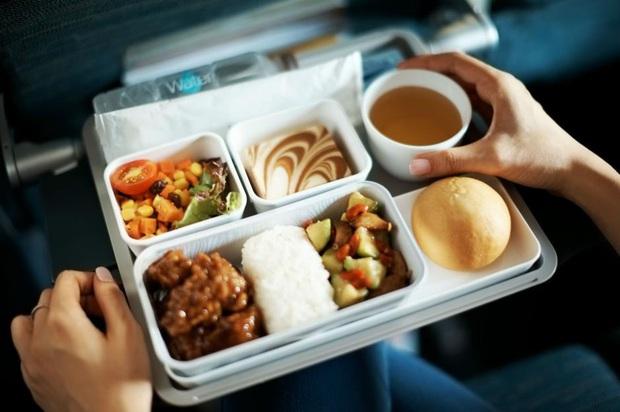 Những sự thật không phải ai cũng biết đằng sau các suất ăn được phục vụ trên máy bay, nghiêm ngặt nhất là cách xử lý đồ thừa - Ảnh 2.