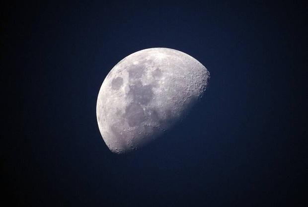 Mặt trăng đang ngày càng xỉn màu và mọi lỗi lầm đều do Trái đất - Ảnh 2.