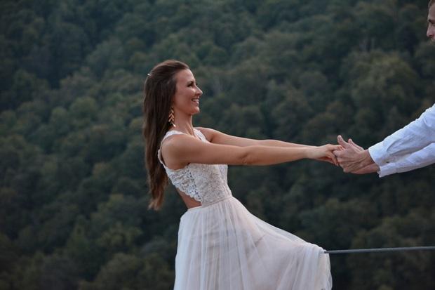Muốn tạo khoảnh khắc đặc biệt, cặp đôi chụp ảnh cô dâu chới với như sắp rơi từ vách núi cao hơn 500m khiến dân mạng thót tim - Ảnh 2.
