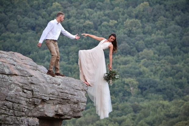 Muốn tạo khoảnh khắc đặc biệt, cặp đôi chụp ảnh cô dâu chới với như sắp rơi từ vách núi cao hơn 500m khiến dân mạng thót tim - Ảnh 1.