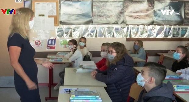 Số ca nhiễm COVID-19 tăng cao, Pháp đóng cửa 22 trường học - Ảnh 1.