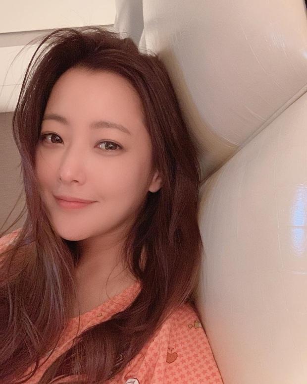 Rửa mặt với nước có gas: Bí kíp giúp đệ nhất mỹ nhân xứ Hàn Kim Hee Sun giữ làn da căng mịn ở tuổi 43 - Ảnh 2.