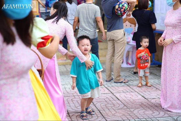Loạt ảnh không thể bỏ qua ngày khai giảng: Học sinh mầm non cưng muốn xỉu, vừa đến trường đã gào khóc đòi về - Ảnh 1.