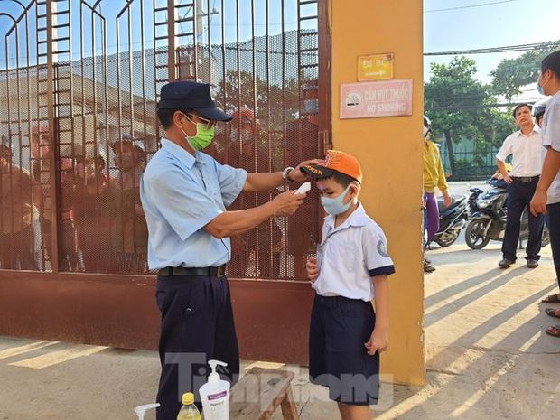 TP.HCM: Học sinh lớp 1 nức nở, không chịu xa mẹ trong ngày khai giảng - Ảnh 1.