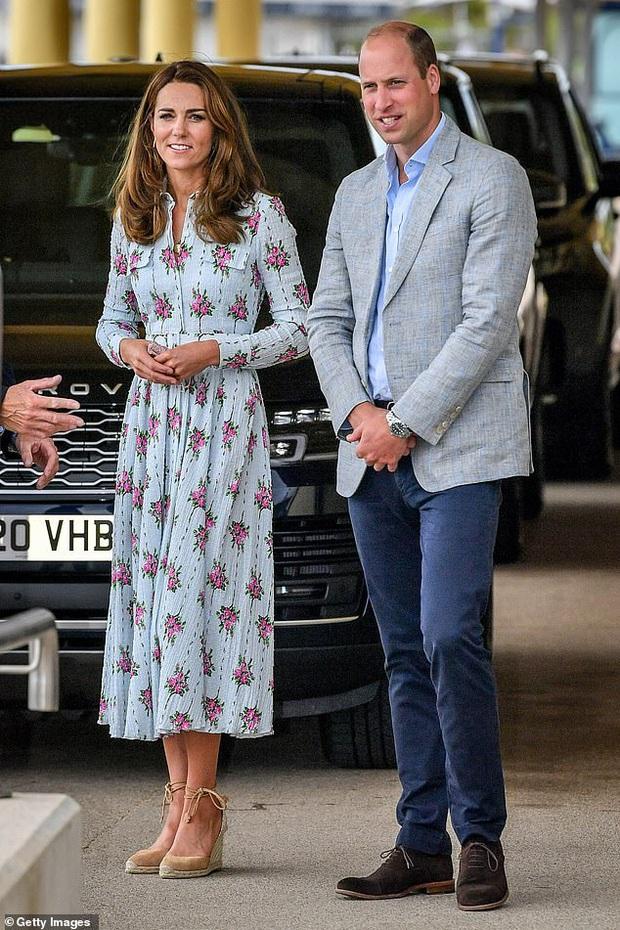 Ngày kinh hoàng của hoàng tộc: Phát hiện thi thể trong hồ nước ngay trước cung điện của vợ chồng Hoàng tử William và Công nương Kate - Ảnh 2.
