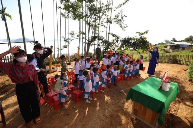 Lễ khai giảng nghèo đơn sơ giữa núi rừng của học trò vùng cao: Không kèn không trống, cô trò háo hức đón năm học mới - Ảnh 2.