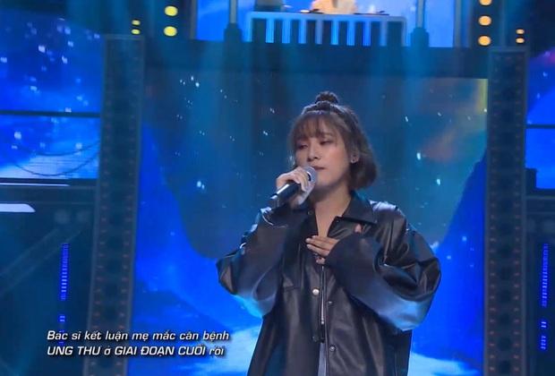 Thí sinh nữ cuối cùng của Rap Việt lấy nước mắt cả trường quay khi trình diễn về người mẹ đã qua đời vì ung thư - Ảnh 1.