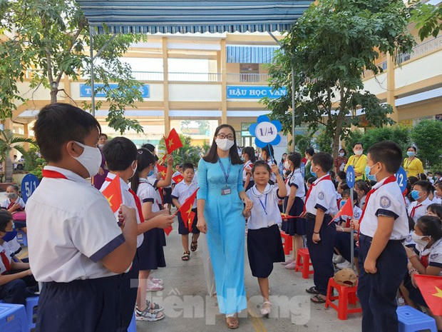 TP.HCM: Học sinh lớp 1 nức nở, không chịu xa mẹ trong ngày khai giảng - Ảnh 11.