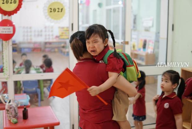 Loạt ảnh không thể bỏ qua ngày khai giảng: Học sinh mầm non cưng muốn xỉu, vừa đến trường đã gào khóc đòi về - Ảnh 12.