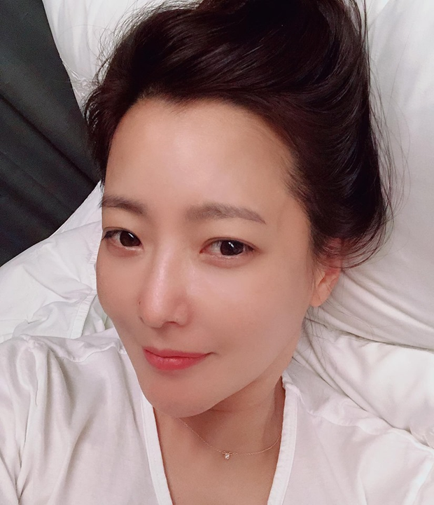 Rửa mặt với nước có gas: Bí kíp giúp đệ nhất mỹ nhân xứ Hàn Kim Hee Sun giữ làn da căng mịn ở tuổi 43 - Ảnh 3.