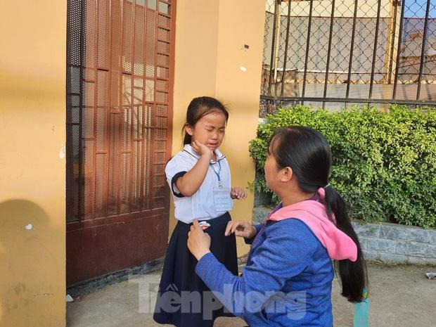TP.HCM: Học sinh lớp 1 nức nở, không chịu xa mẹ trong ngày khai giảng - Ảnh 4.