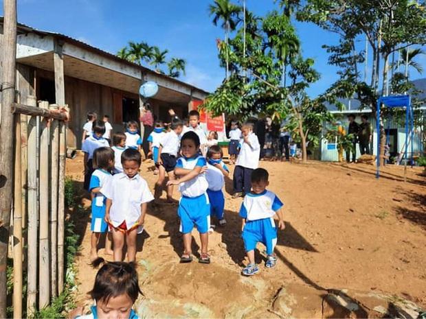 Lễ khai giảng nghèo đơn sơ giữa núi rừng của học trò vùng cao: Không kèn không trống, cô trò háo hức đón năm học mới - Ảnh 4.