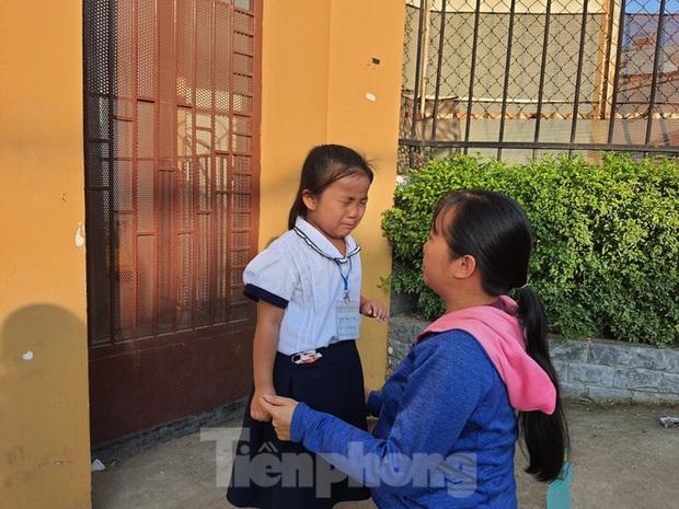 TP.HCM: Học sinh lớp 1 nức nở, không chịu xa mẹ trong ngày khai giảng - Ảnh 5.