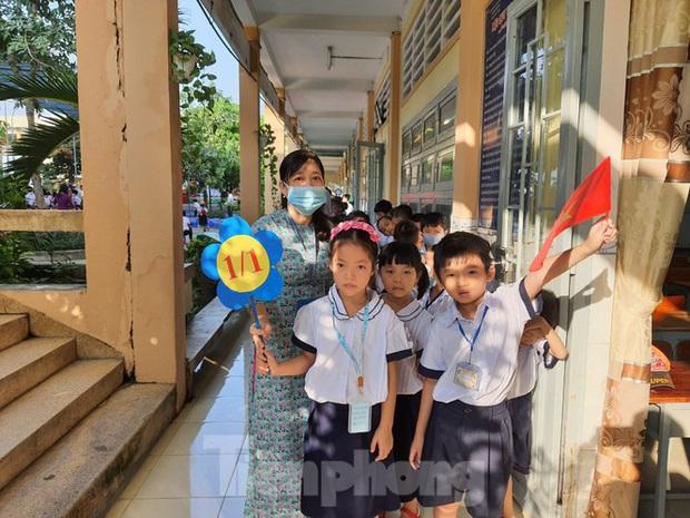 TP.HCM: Học sinh lớp 1 nức nở, không chịu xa mẹ trong ngày khai giảng - Ảnh 6.