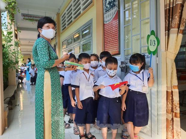 TP.HCM: Học sinh lớp 1 nức nở, không chịu xa mẹ trong ngày khai giảng - Ảnh 7.