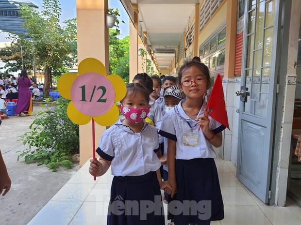 TP.HCM: Học sinh lớp 1 nức nở, không chịu xa mẹ trong ngày khai giảng - Ảnh 8.