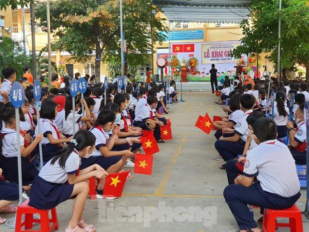 TP.HCM: Học sinh lớp 1 nức nở, không chịu xa mẹ trong ngày khai giảng - Ảnh 9.