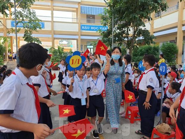 TP.HCM: Học sinh lớp 1 nức nở, không chịu xa mẹ trong ngày khai giảng - Ảnh 10.