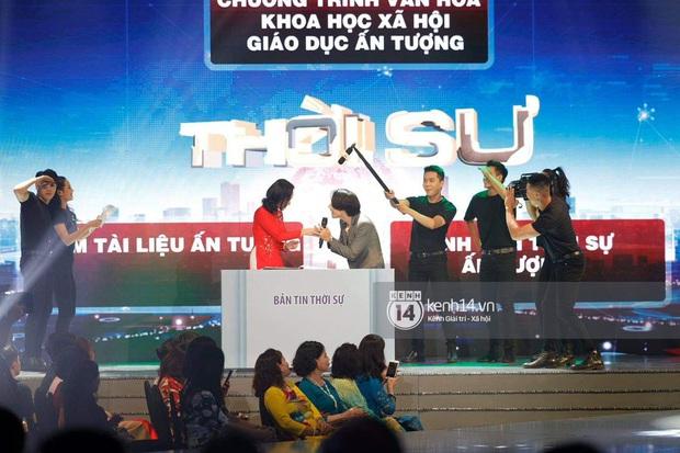 Sân khấu bất ngờ nhất VTV Awards tối nay: Trọng Thắng (Ngọt) góp giọng cùng MC Ai Là Triệu Phú và cả dàn BTV VTV - Ảnh 4.