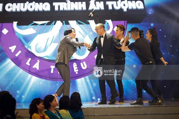 Sân khấu bất ngờ nhất VTV Awards tối nay: Trọng Thắng (Ngọt) góp giọng cùng MC Ai Là Triệu Phú và cả dàn BTV VTV - Ảnh 5.