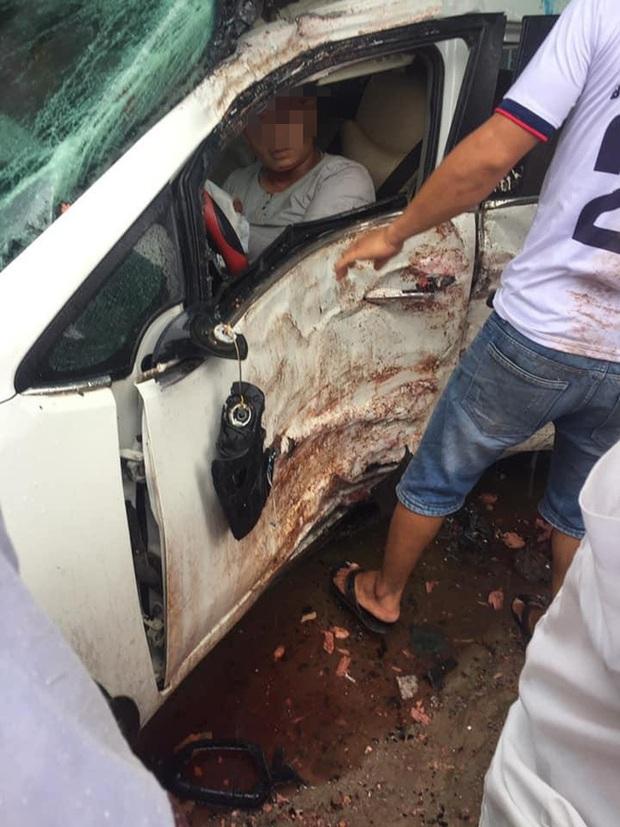Clip: Ô tô 4 chỗ biến dạng, văng lốp tứ tung sau tai nạn kinh hoàng, người dân dùng xà beng cạy cửa cứu nạn nhân - Ảnh 3.