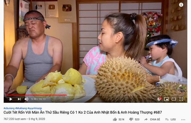 """Thử thách cả gia đình ăn sầu riêng, Quỳnh Trần JP khiến ông xã sợ đến mức… chắp tay xin thua, bé Sa cũng """"bỏ trốn"""" khỏi video! - Ảnh 1."""
