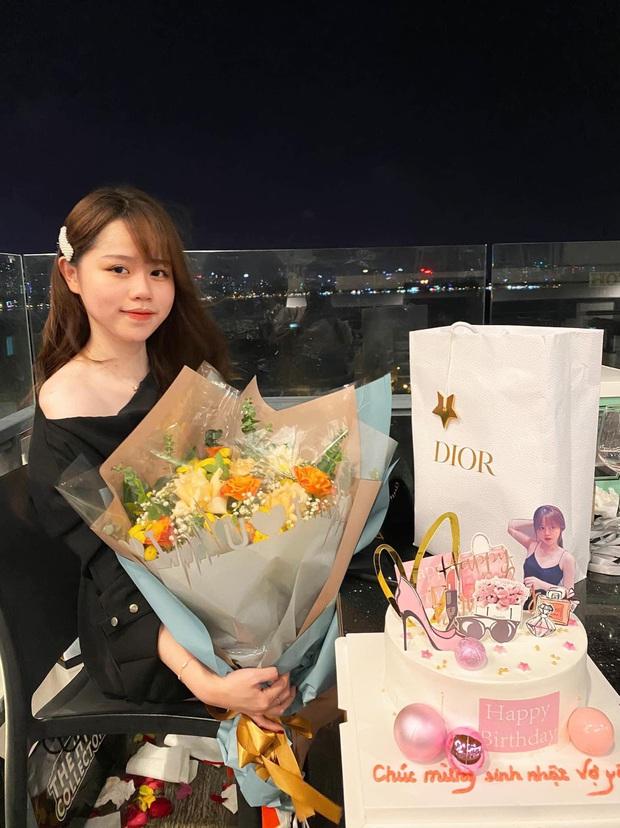 Chỉ qua góc ảnh lấp ló, hội cú vọ đã soi ra quà sinh nhật Quang Hải tặng vợ yêu Huỳnh Anh là túi Dior gần trăm triệu - Ảnh 1.
