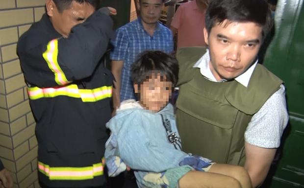 Giải cứu bé gái 6 tuổi bị bố đẻ và người tình của bố bạo hành ở Bắc Ninh, khám nhà thu 1 khẩu súng K59 - Ảnh 1.