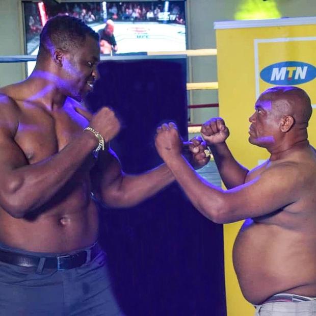 Liều mạng đối đầu cùng võ sĩ có cú đấm mạnh nhất thế giới, nghệ sĩ hài buộc phải đập tay xin thua để thoát thân - Ảnh 1.