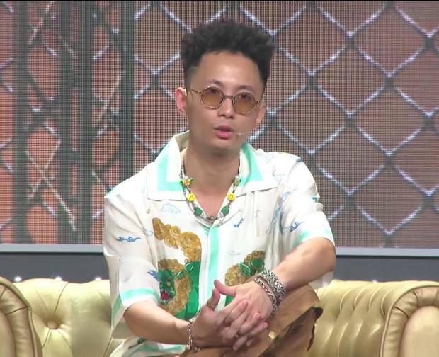 Rap Việt: Nhặt khăn trong lúc biểu diễn, người quen của Binz bị đánh giá thiếu chuyên nghiệp - Ảnh 3.