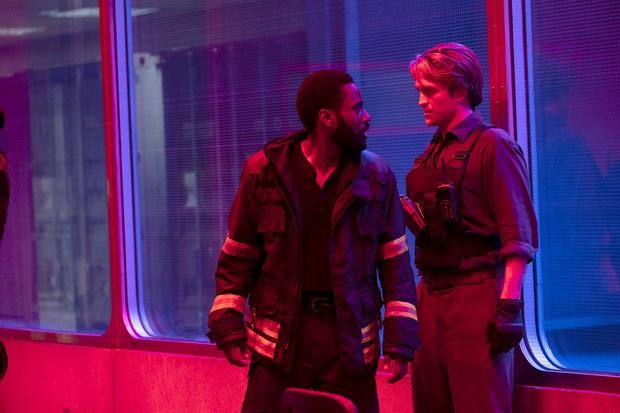 6 chi tiết ẩn thân khó tìm ở TENET: Hội nam tử hán Người Dơi và James Bond được Nolan mời vào phim? - Ảnh 6.