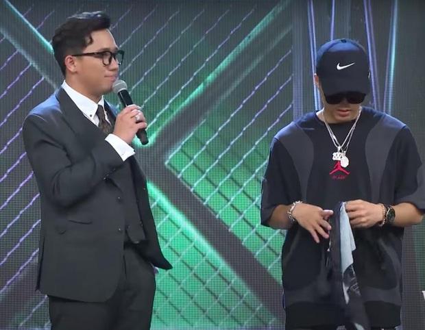 Rap Việt: Nhặt khăn trong lúc biểu diễn, người quen của Binz bị đánh giá thiếu chuyên nghiệp - Ảnh 4.