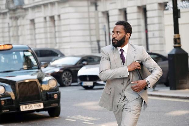 6 chi tiết ẩn thân khó tìm ở TENET: Hội nam tử hán Người Dơi và James Bond được Nolan mời vào phim? - Ảnh 8.