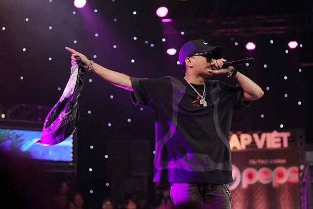 Rap Việt: Nhặt khăn trong lúc biểu diễn, người quen của Binz bị đánh giá thiếu chuyên nghiệp - Ảnh 5.