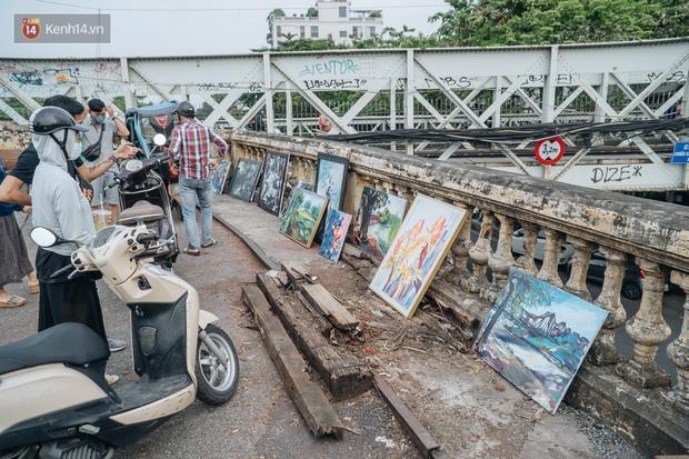 Gặp người họa sĩ già bày bán tranh trên cầu Long Biên: Tôi vẽ tranh, bán với mức giá bình dân, trừ tiền màu, họa phẩm, vẫn còn chút đong gạo - Ảnh 1.