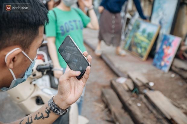 Gặp người họa sĩ già bày bán tranh trên cầu Long Biên: Tôi vẽ tranh, bán với mức giá bình dân, trừ tiền màu, họa phẩm, vẫn còn chút đong gạo - Ảnh 10.